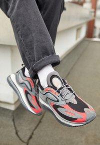 Nike Sportswear - AIR MAX ZEPHYR - Sneakers basse - smoke grey/siren red/black/photon dust - 4