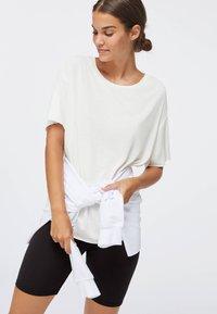 OYSHO - Jednoduché triko - white - 3
