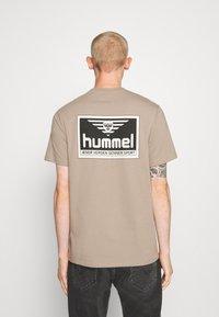 Hummel Hive - FERIE UNISEX - T-shirts med print - driftwood - 2