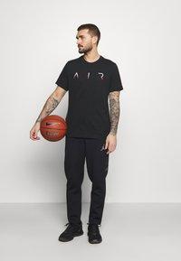 Jordan - JUMPMAN AIR CREW - T-shirt imprimé - black/gym red - 1