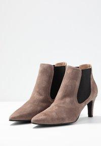 Brenda Zaro - BENETTBO - Ankle boots - lodos - 4