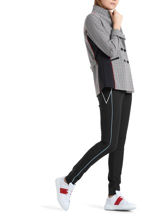 MIT FARBIGEN PASPELN - Trousers - black
