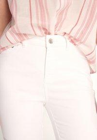 comma casual identity - 7/8-LÄNGE - Slim fit jeans - white - 3
