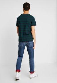 Levi's® - SET IN SUNSET POCKET - T-shirt med print - nightwatch blue/pine grove - 2