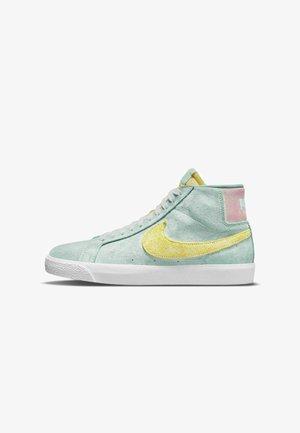 SKATEBOARDSKO ZOOM BLAZER MID PREMIUM - Skate shoes - light dew/green glow/arctic punch/light citron