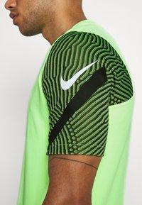 Nike Performance - DRY STRIKE - T-shirts med print - ghost green/cargo khaki/white - 5