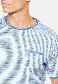 Colours & Sons - MARIO - Print T-shirt - blau - 2