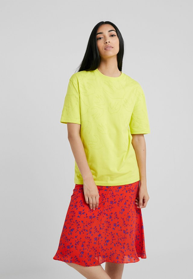 BOYFRIEND TEE - T-shirt z nadrukiem - sulphur yellow