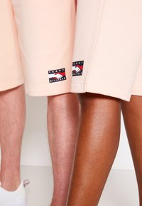 Tommy Hilfiger - ONE PLANET UNISEX - Shorts - delicate peach - 4