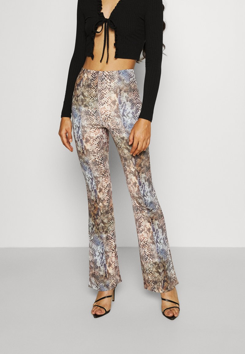 Missguided - SLINKY SNAKE PRINT FLARE TROUSER - Trousers - green