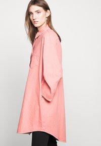 MM6 Maison Margiela - Krátký kabát - pink - 3