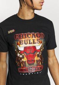 Mitchell & Ness - NBA LAST DANCE CHICAGO BULLS CHAMPS TEE - Article de supporter - black - 4