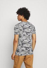 Brave Soul - GECKO - Print T-shirt - grey/ jet black/optic white - 2