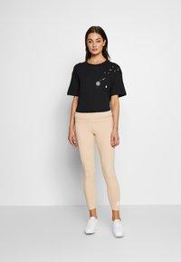 Nike Sportswear - TEE NOVEL - T-shirts med print - black/white - 1