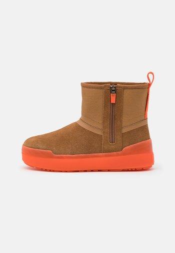 CLASSIC TECH MINI - Zimní obuv - chestnut