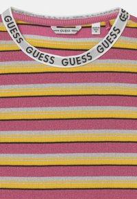 Guess - JUNIOR  - Vestito di maglina - white/black/pink - 2
