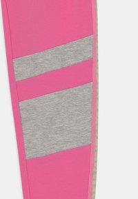 Guess - JUNIOR - Legginsy - pop pink - 2