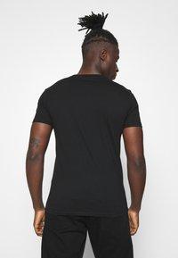 Calvin Klein Jeans - MIXED TECHNIQUE INSTIT LOGO TEE UNISEX - T-shirt con stampa - black - 2
