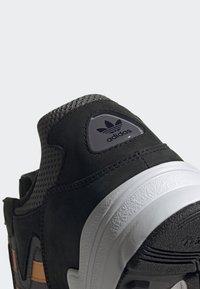 adidas Originals - YUNG-96 CHASM SHOES - Trainers - black - 6