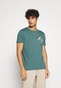 Tommy Hilfiger - CORP DIAMOND TEE - T-shirt z nadrukiem - green - 0