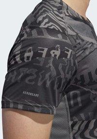 adidas Performance - OWN THE RUN GRAPHIC T-SHIRT - Triko spotiskem - grey/black - 6