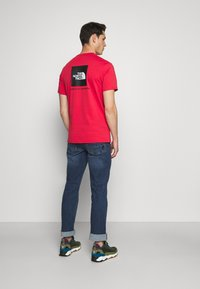 The North Face - REDBOX TEE - T-shirt con stampa - rococco red - 2