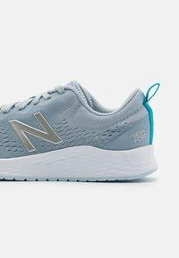 New Balance - FRESH FOAM ARISHI - Zapatillas de running neutras - grey - 5