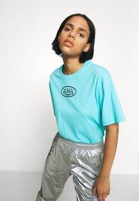 Von Dutch - ARI - Print T-shirt - blue - 5