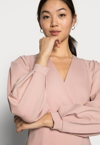 Closet - CLOSET PLEATED SLEEVE - Jersey dress - blush - 4