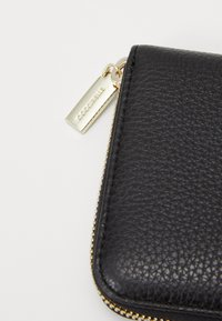 Coccinelle - METALLIC SOFT ZIP AROUND - Lommebok - noir - 5