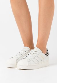 adidas Originals - SUPERSTAR SPORTS INSPIRED SHOES - Zapatillas - white ink/offwhite/clear black - 6
