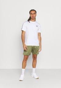 Umbro - ACTIVE STYLE TAPED TRICOT SHORT - Sports shorts - capulet/white - 1