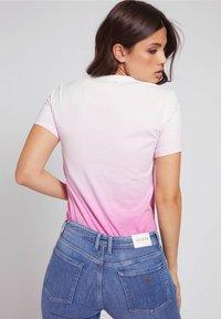 Guess - LOGODREIECK - Print T-shirt - rose - 2
