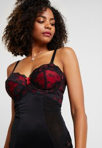 Pour Moi - AMOUR STRAPLESS LIGHTLY PADDED UNDERWIRED - Body - black/scarlet - 3