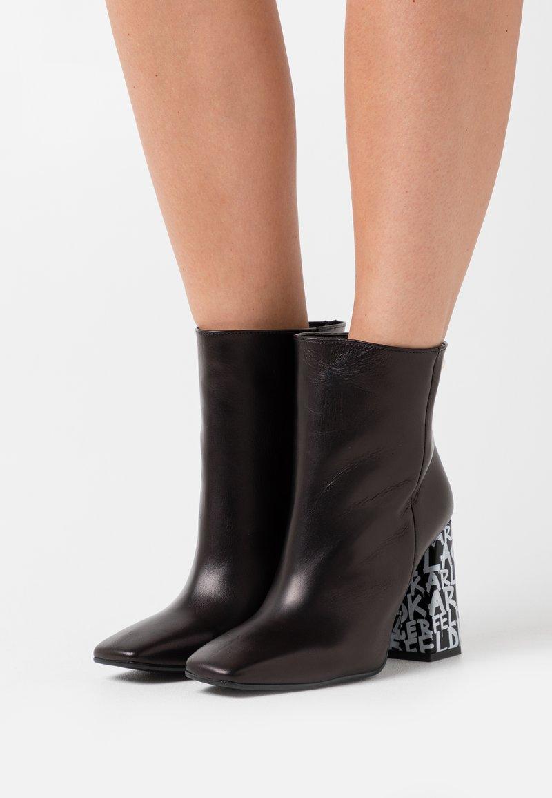 KARL LAGERFELD - GRAFFITI  - Kotníková obuv na vysokém podpatku - black/white
