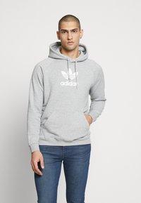 adidas Originals - ADICOLOR PREMIUM TREFOIL HODDIE SWEAT - Bluza z kapturem - mgreyh - 0