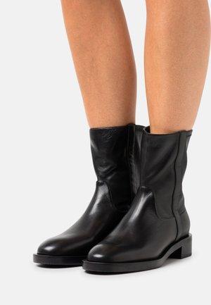 SADIE BOOTIE - Kotníkové boty - black