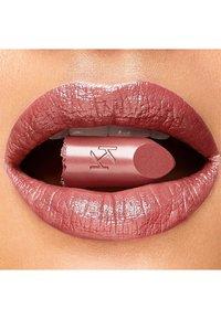 KIKO Milano - GOSSAMER EMOTION CREAMY LIPSTICK - Lipstick - 02 mocha - 1