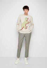 PS Paul Smith - LARGE DINO PRINT - Športni pulover - ivory - 4