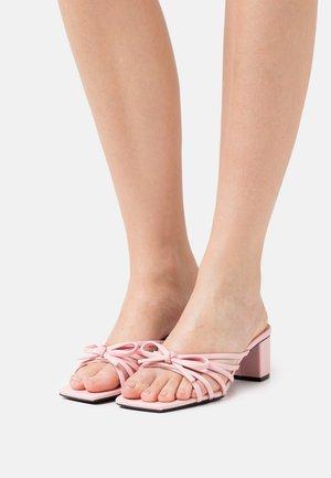 VEGAN MAHALIA - Pantofle na podpatku - pink dusty light