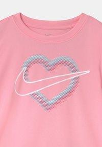 Nike Sportswear - PIXEL POP SRINTER SET - Print T-shirt - pink/white - 3