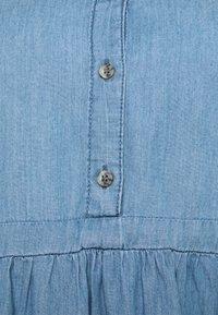 Mamalicious Curve - MLSTINA LIA WOVEN TUNIC - Bluzka - light blue/chambray - 7