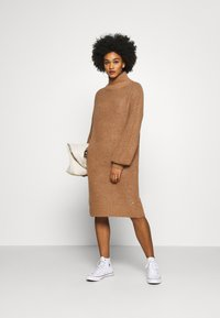 Noisy May - NMROBINA HIGH NECK DRESS - Strikket kjole - camel melange - 1