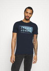 Jack & Jones - JCOSHAWN TEE CREW NECK - T-shirt print - navy blazer - 0