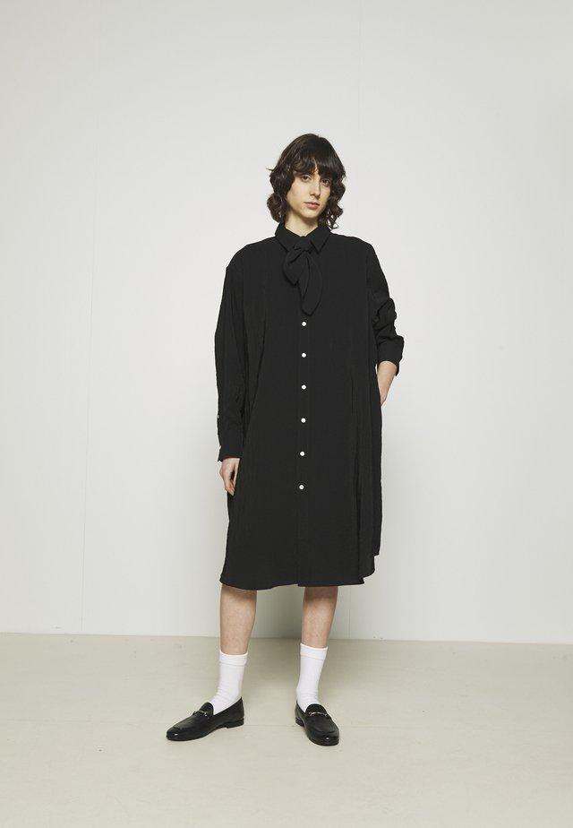 FREE SCARF - Skjortekjole - black