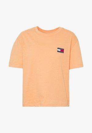BADGE TEE - Jednoduché triko - melon orange