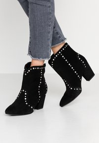 Bibi Lou Wide Fit - Cowboy/biker ankle boot - black - 0