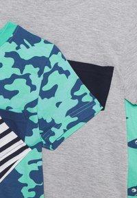 Friboo - 5 PACK - Print T-shirt - grey/dark blue/turquoise/white - 3