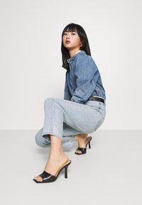 GAP Petite - MOM JEAN CASPIAN - Relaxed fit jeans - light indigo - 3