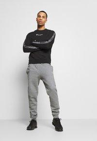 Champion - LEGACY TAPE CREWNECK - Sweatshirt - black - 1